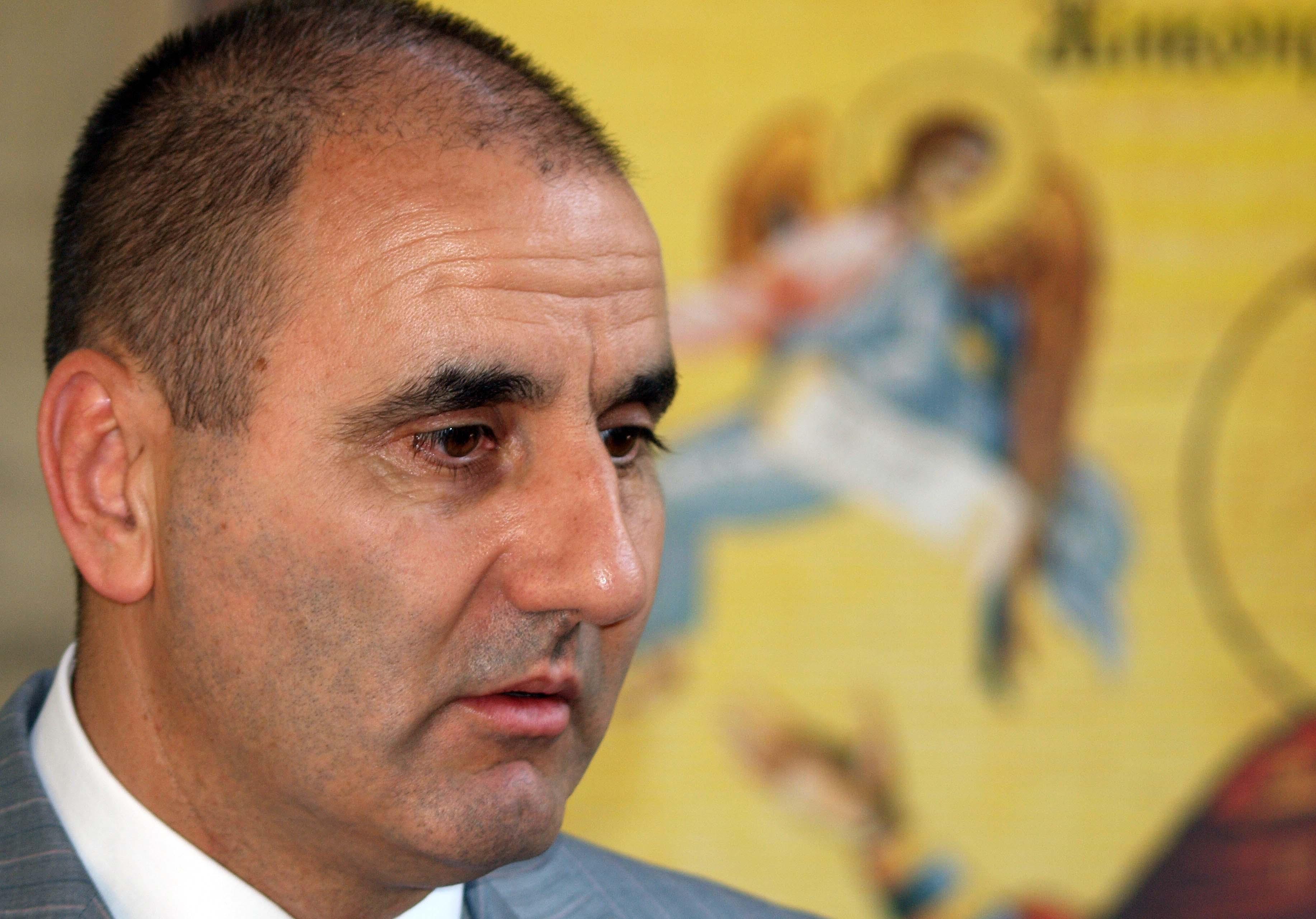 Цветанов: Кюстендилски депутат опънал чадър над Фози