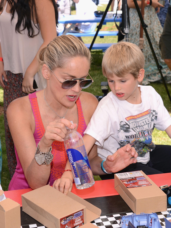 Шарън Стоун се забавлява на пикник със сина си