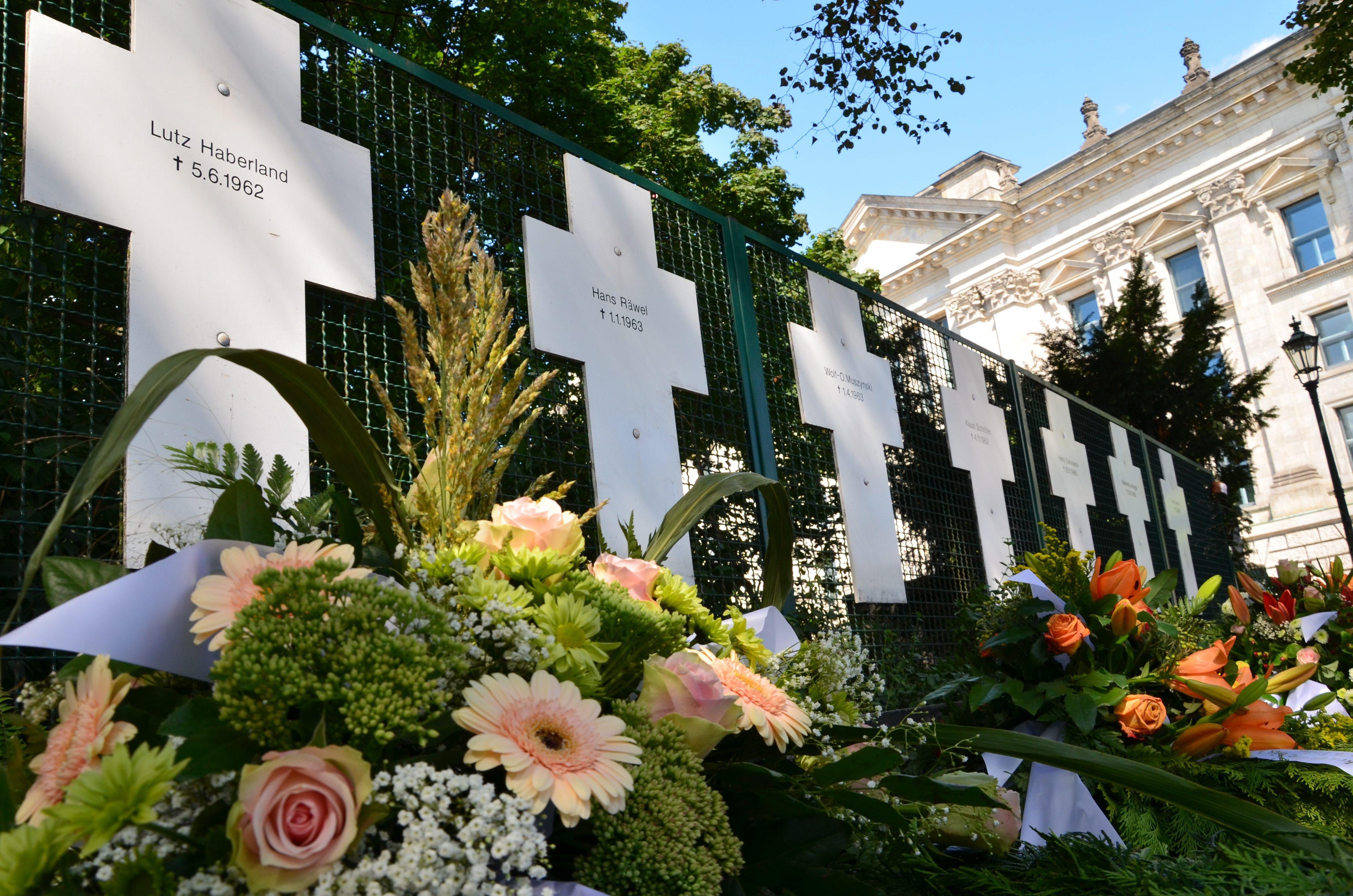 Почетоха 136-те убити при опит да преминат Берлинската стена