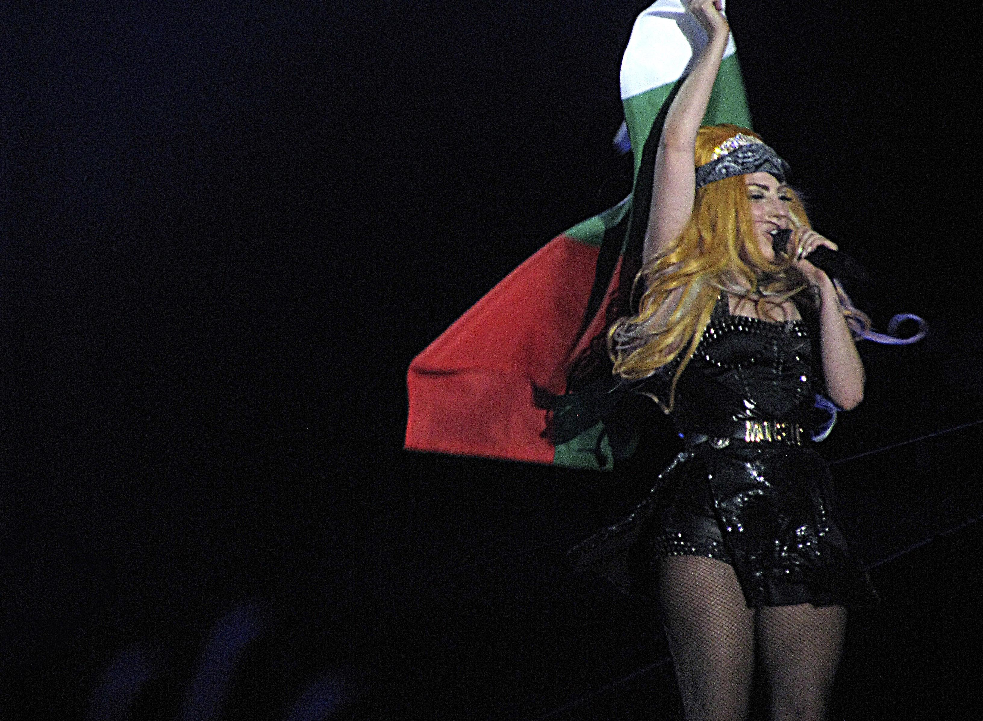 Лейди Гага развя българското знаме в брутално шоу - снимки