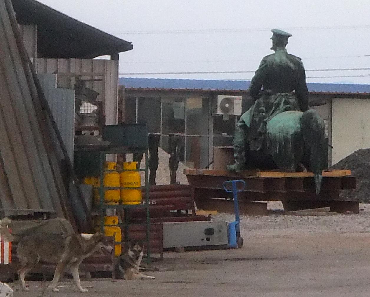 Паметникът на Цар Освободител чака за ремонт в Требич