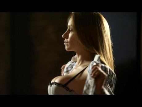 "Алекс Раева прави стриптийз в ""Седем часа разлика"""