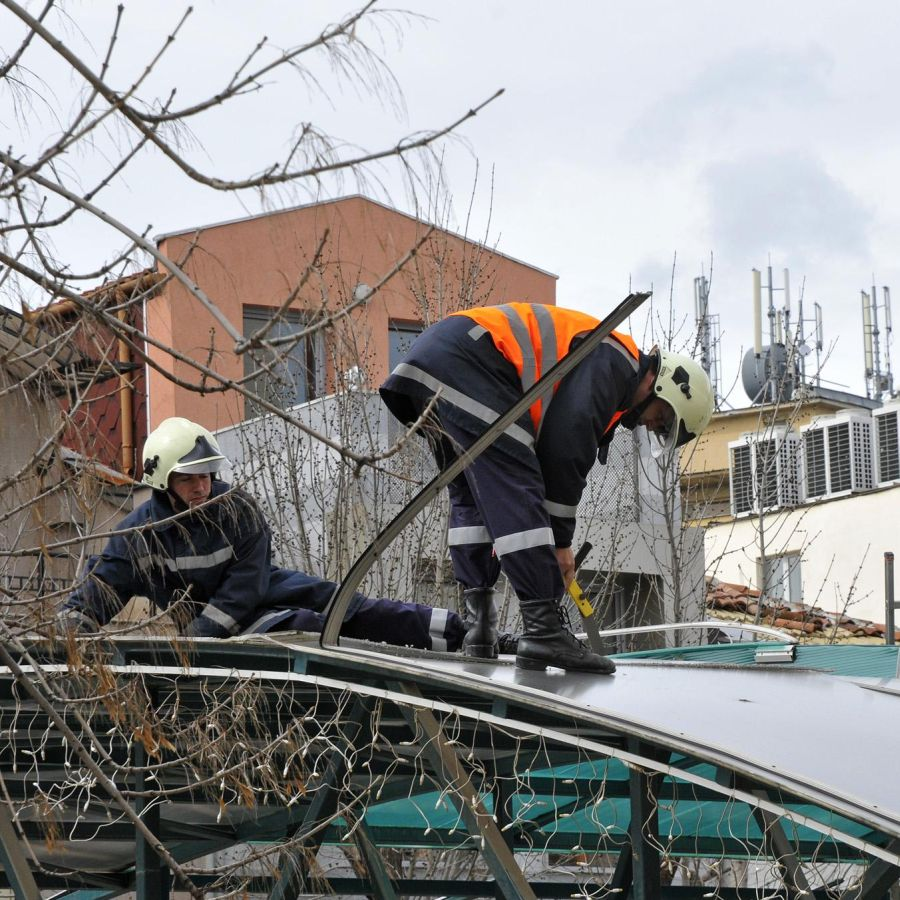 Отнесени покриви и изкоренени дървета след бурния вятър