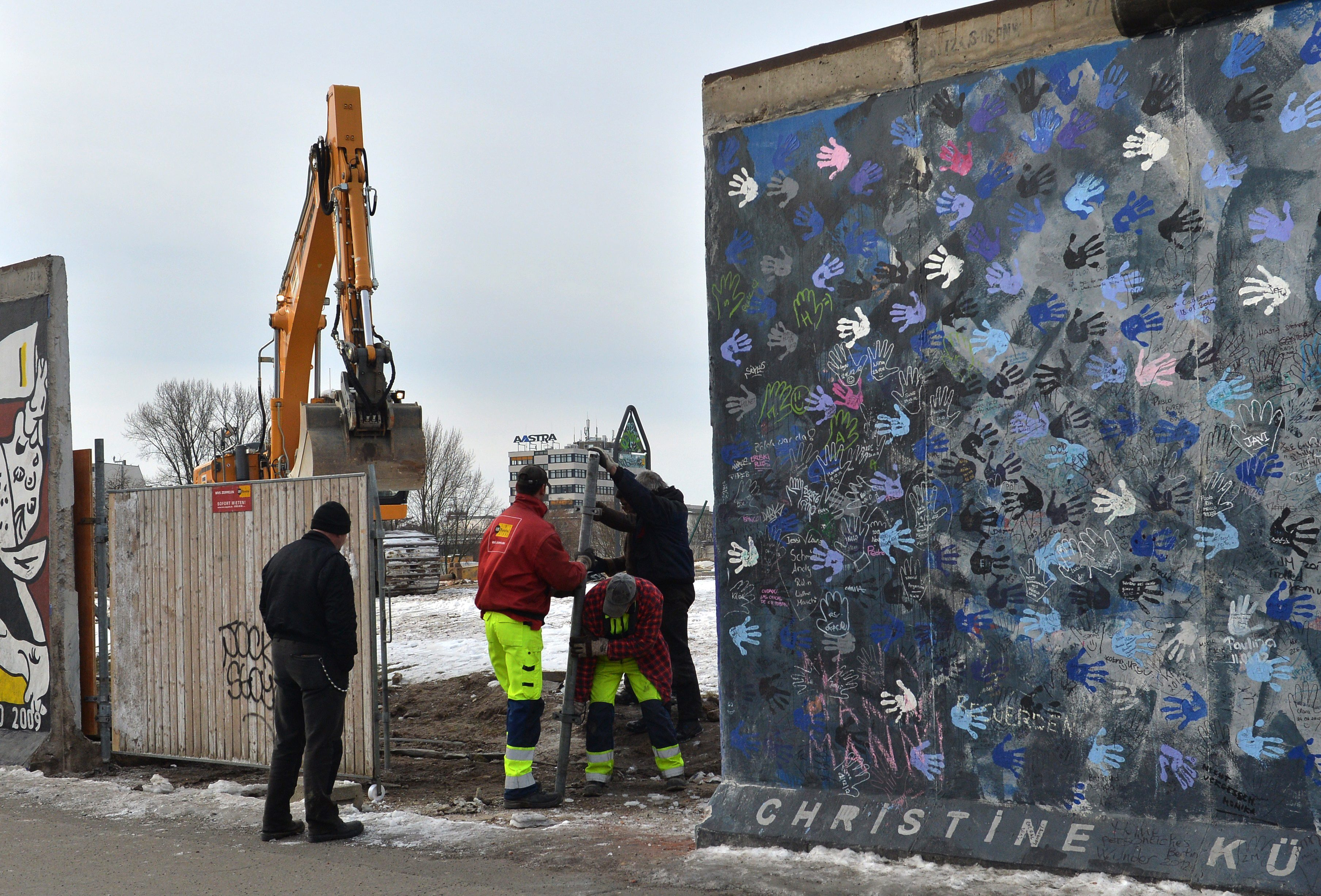 Част от Берлинската стена падна заради строителен проект