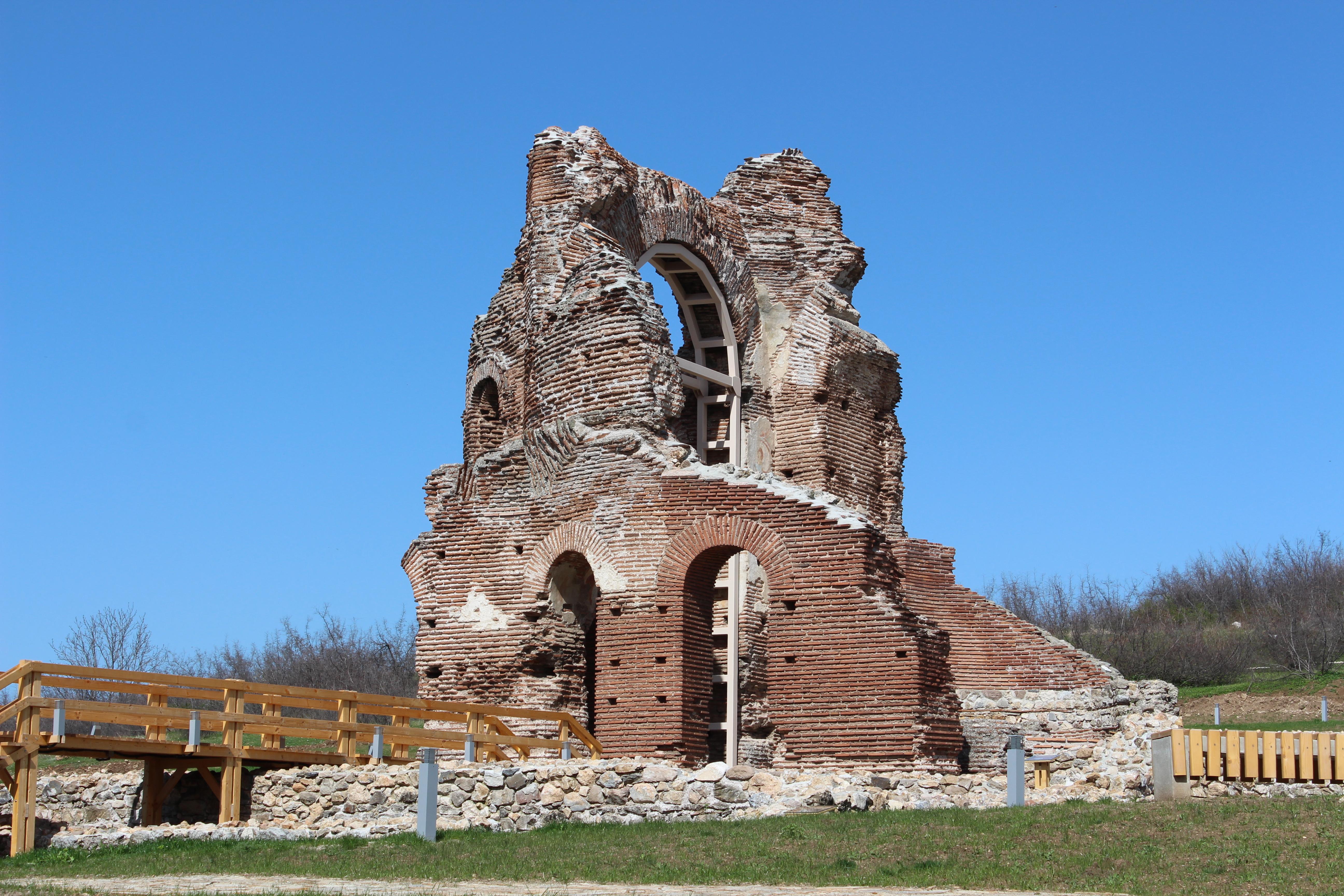 """Откриха реставрираната раннохристиянска базилика """"Червената  църква"""""""