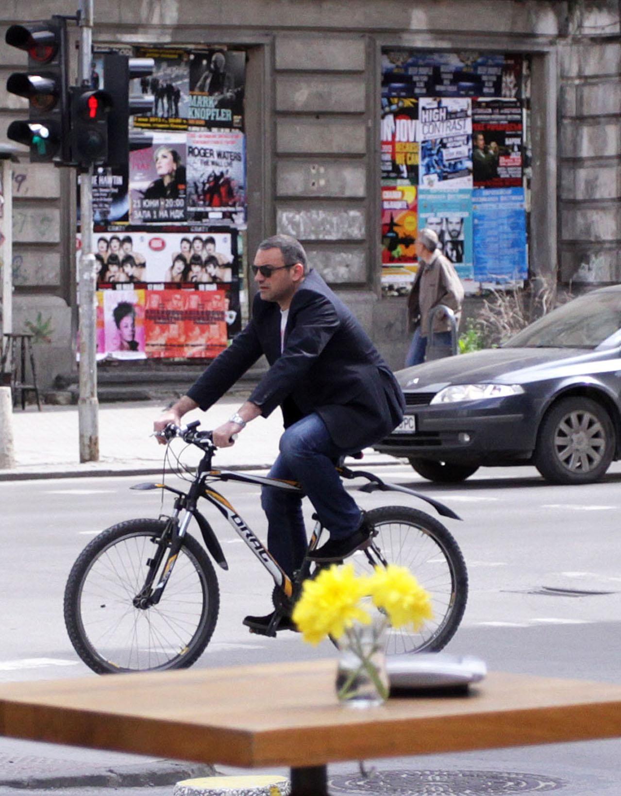 Юксел Кадриев вече се придвижва с колело