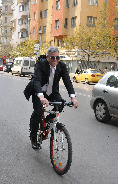 """Министър Владо Пенев смени """"Мерцедес"""" с колело"""