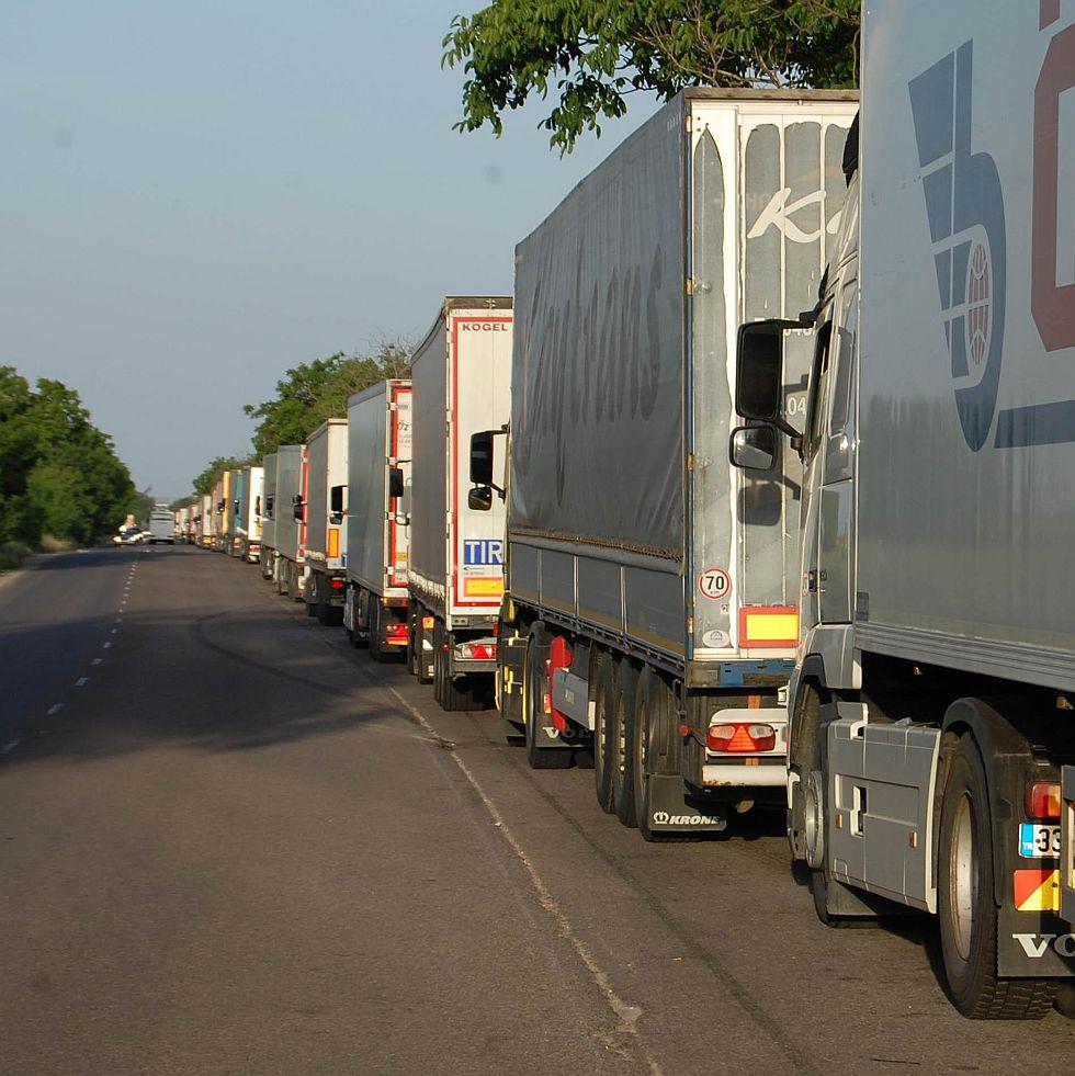 Митниците отпушиха границата, трафикът остава