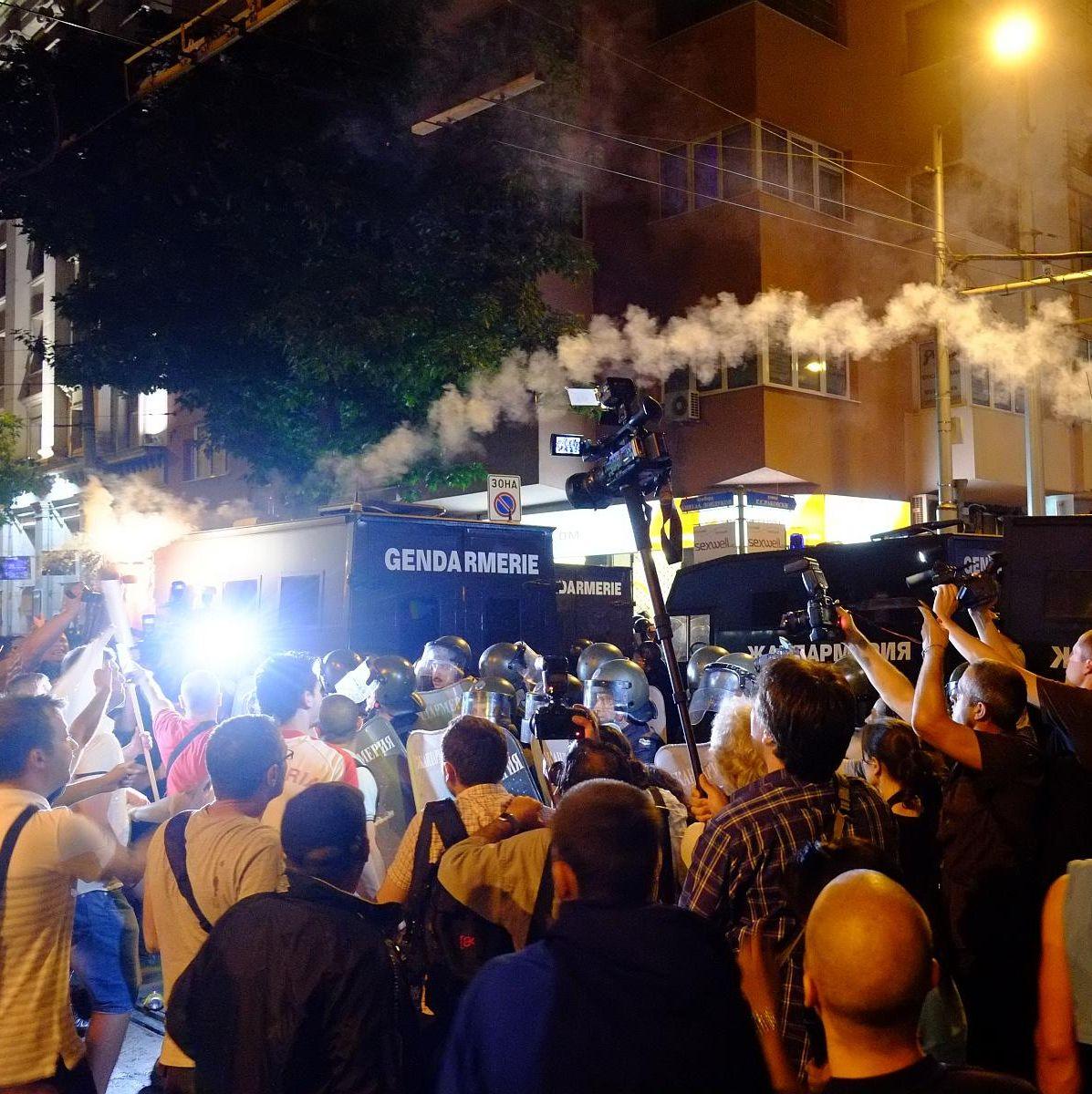 Атакисти и протестиращи се замеряха с камъни и бутилки, има ранени