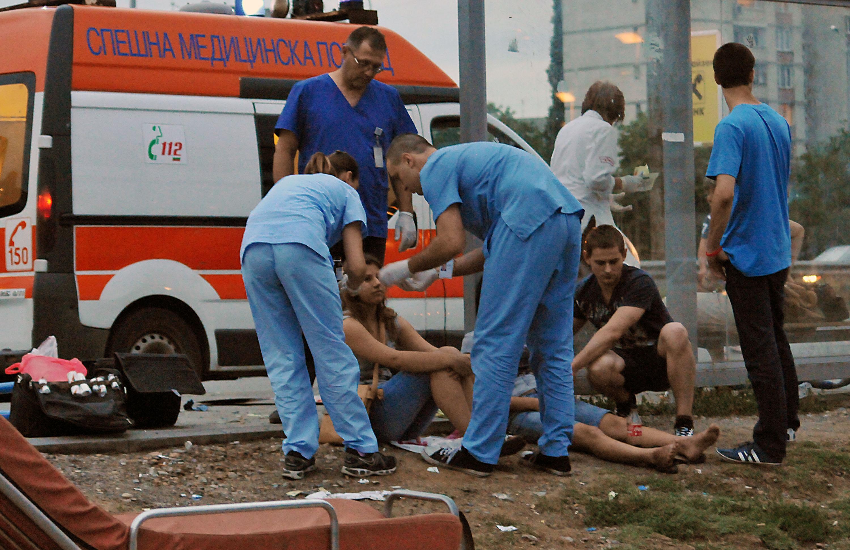 Такси се вряза в спирка с хора на Цариградско шосе
