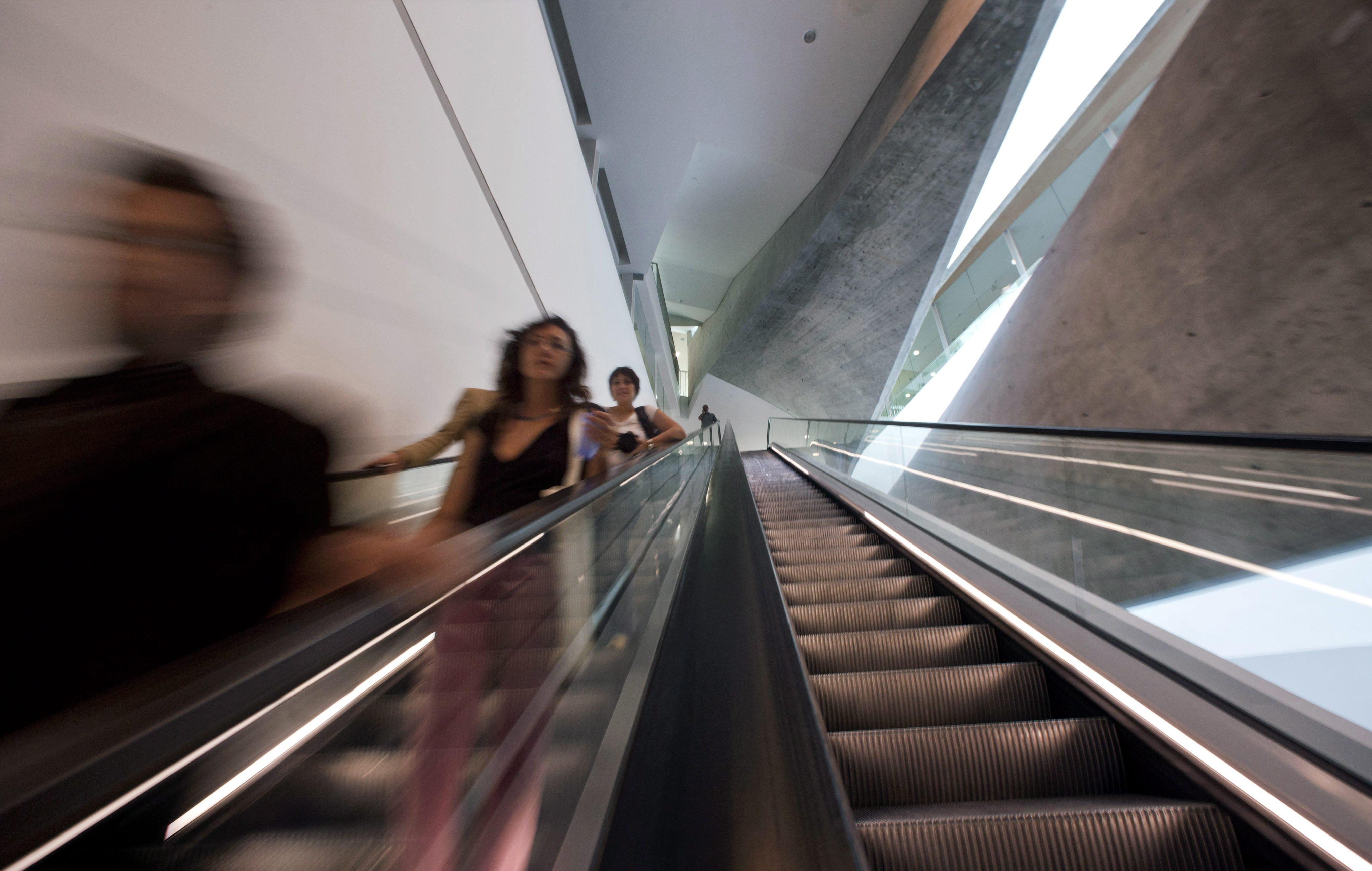 Мъж, пострадал на ескалатор, съди Метрополитен