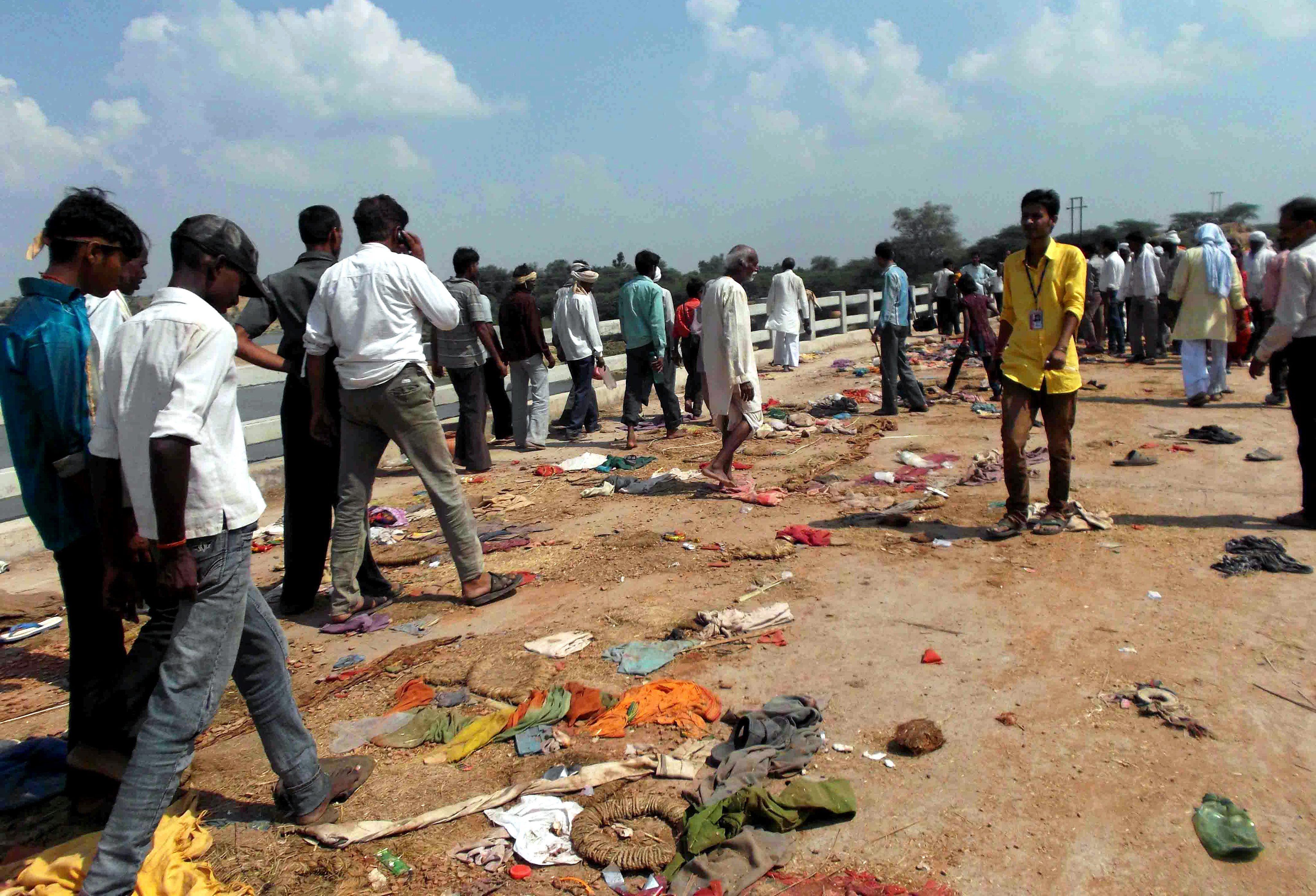 115 хиндуистки поклонници стъпкани до смърт, 33 от тях са деца