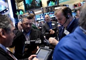 Доларът пада, разпродажби при акциите и петрола