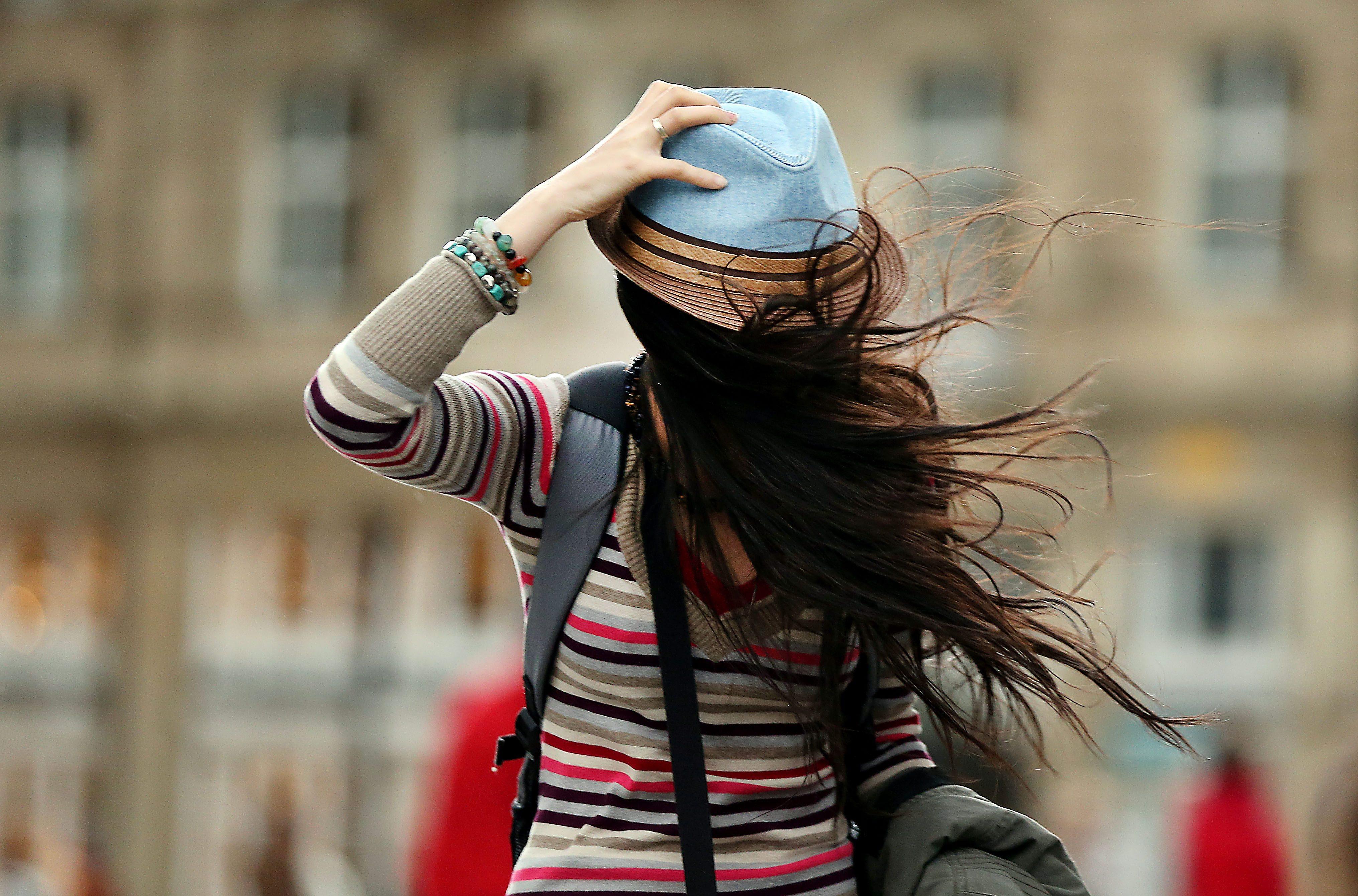 Силен вятър нахлува в страната