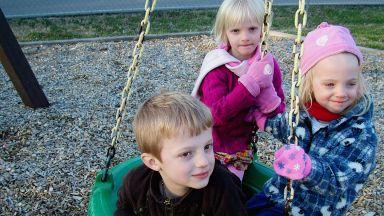 Повечето българи не искат да са приемни родители
