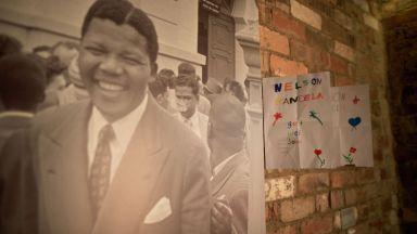Ако беше жив, размирникът Мандела щеше да празнува 30 г. свобода (архивни снимки, видео)