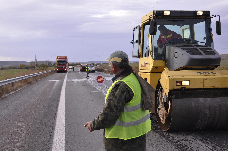 Ремонтират 230 км пътища със спестени пари от почистване
