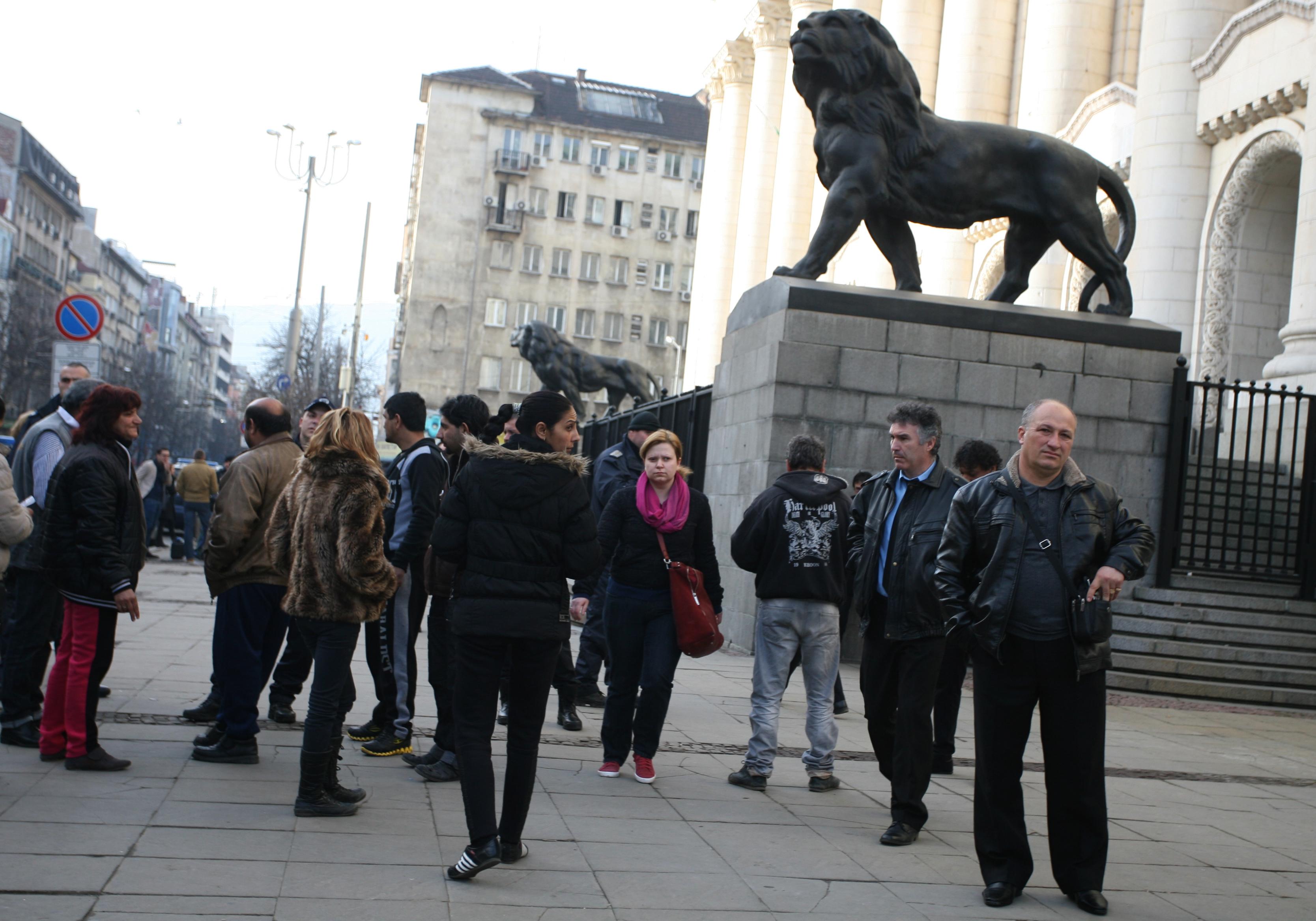 Протест и контрапротест заради охранител-убиец (снимки)