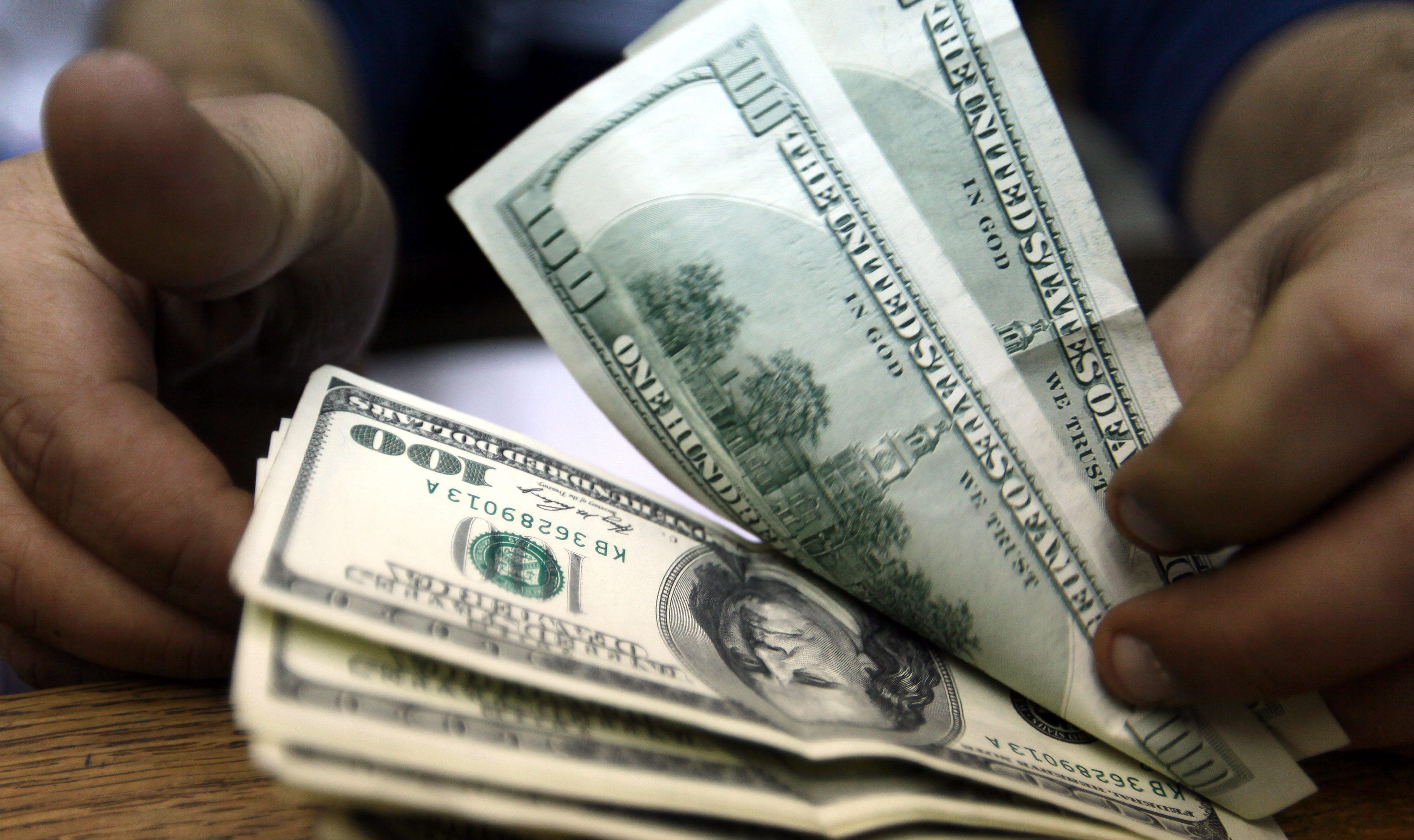 Доларът започна да  поевтинява