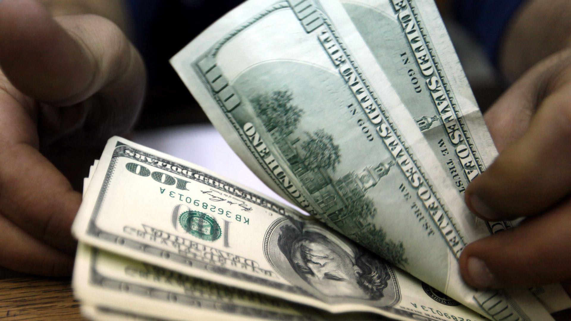 Доларът поевтиня след патовите избори в САЩ