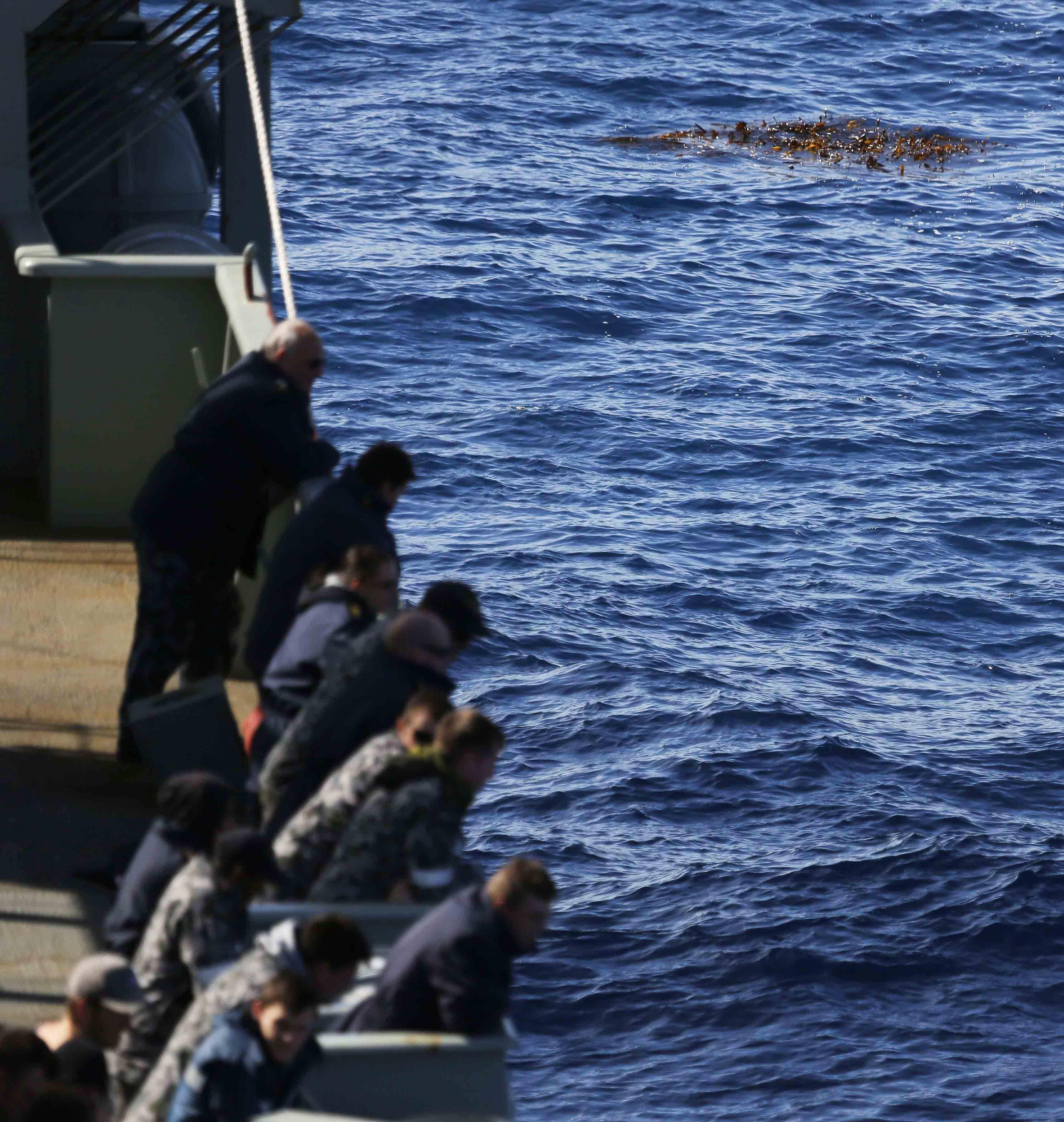 Корабче потъна край Малайзия, 60 души се издирват