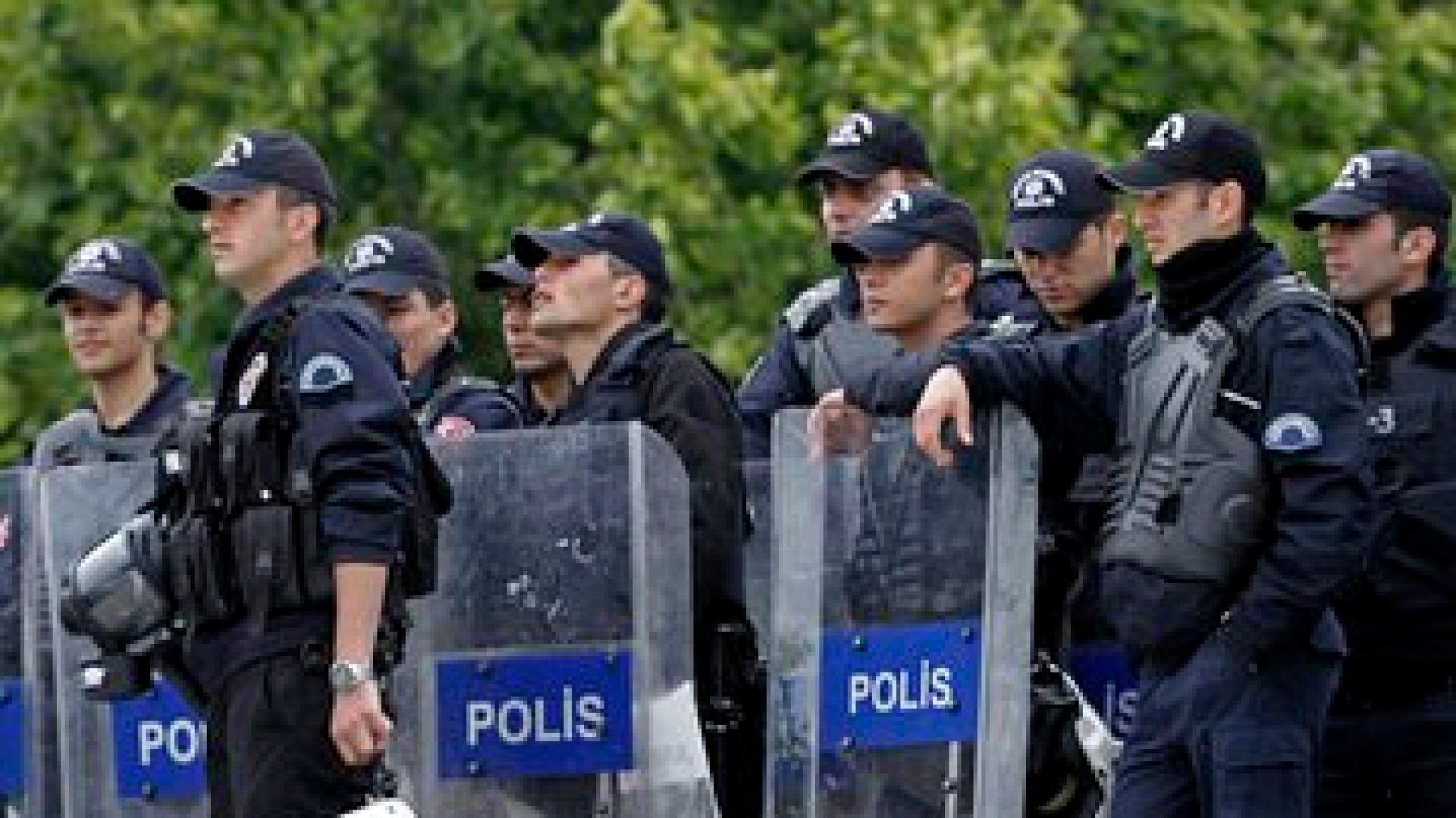 Турските сили за сигурност разпръснаха със сълзотворен газ демонстрация на