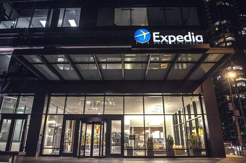 expedia priima bitcoin)
