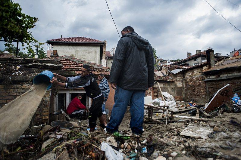 Доброволци от цялата страна помагат на Варна