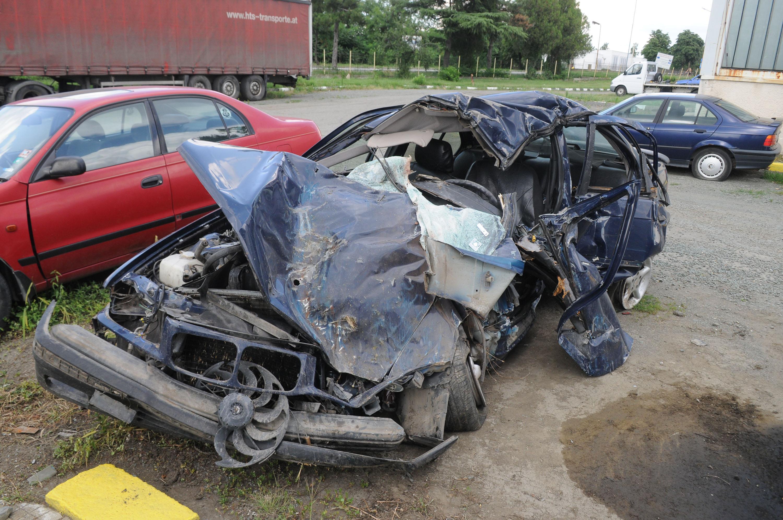Млади мъж и жена загинаха след удар на БМВ в дърво