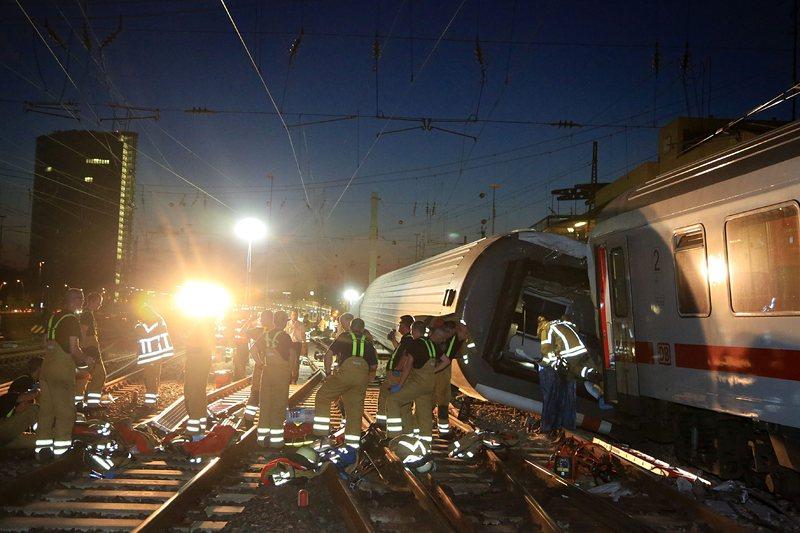Два влака катастрофираха в Германия, има пострадали