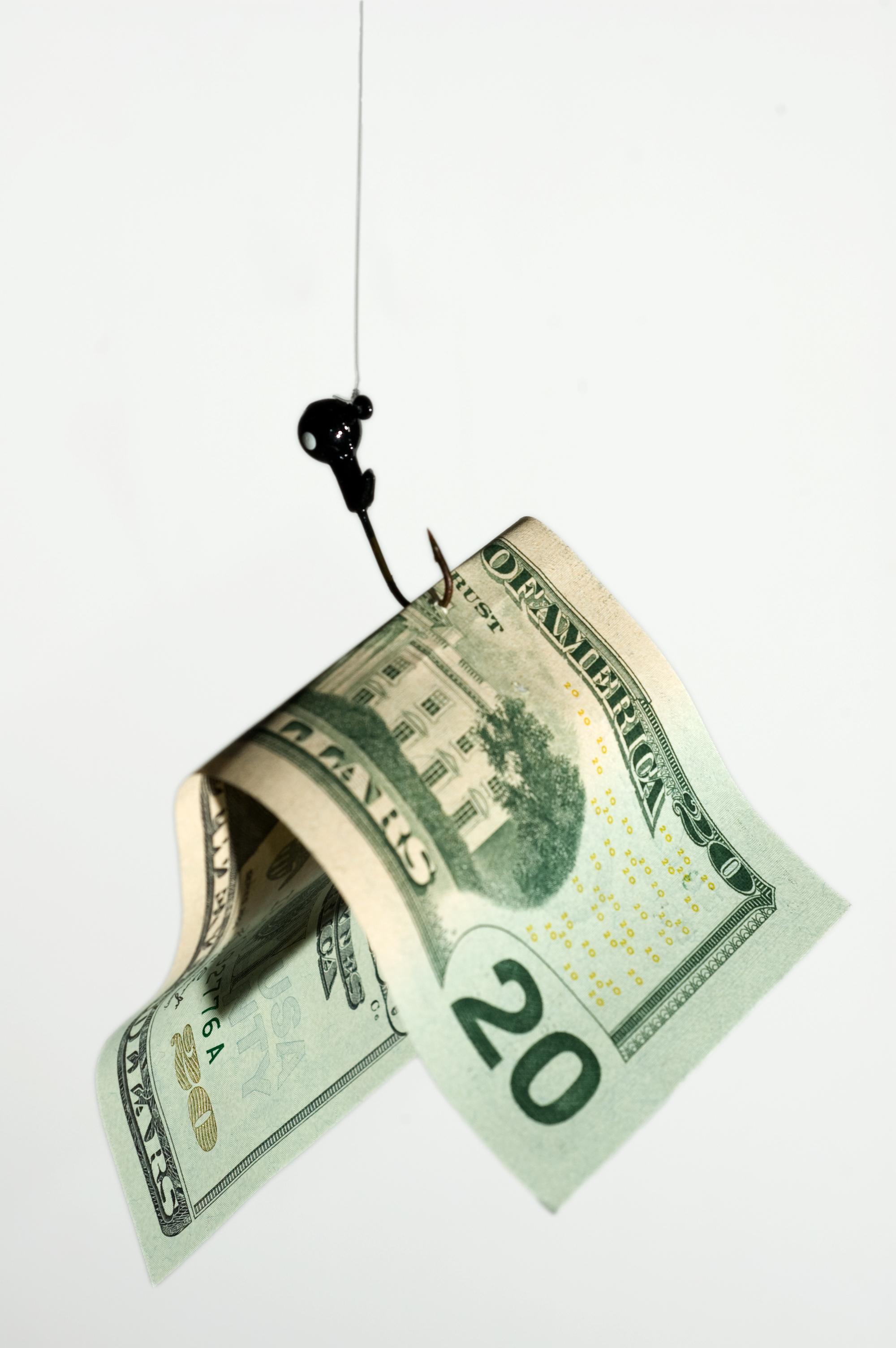 Доларът се държи странно