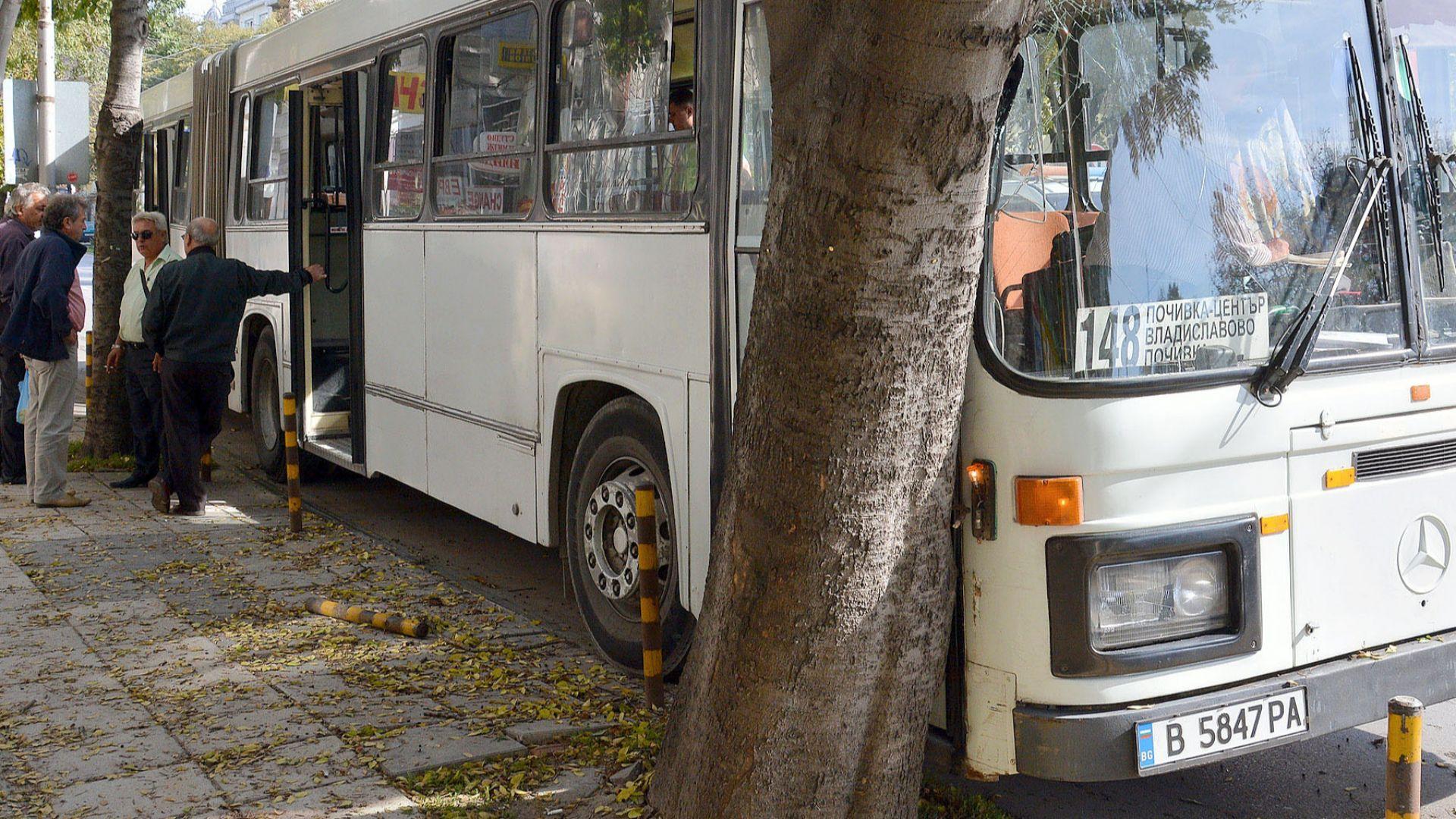Две жени са пострадали при инцидент с автобус от градския транспорт в Каварна