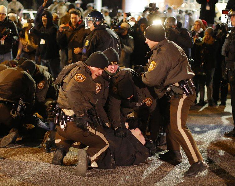 Протестна вълна обхвана 37 щата, полицаят няма угризения
