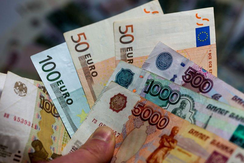 Руската рубла леко поскъпна с началото на  Мондиала