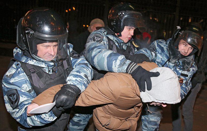 Над 130 души бяха задържани в неразрешен протест в Москва