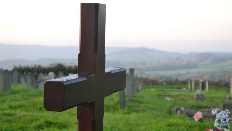 Румънски овчар, погребан от семейството си, се мъчи да докаже,