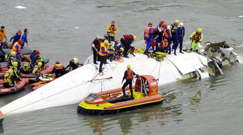 Самолет се удари в мост и падна в река, има десетки загинали