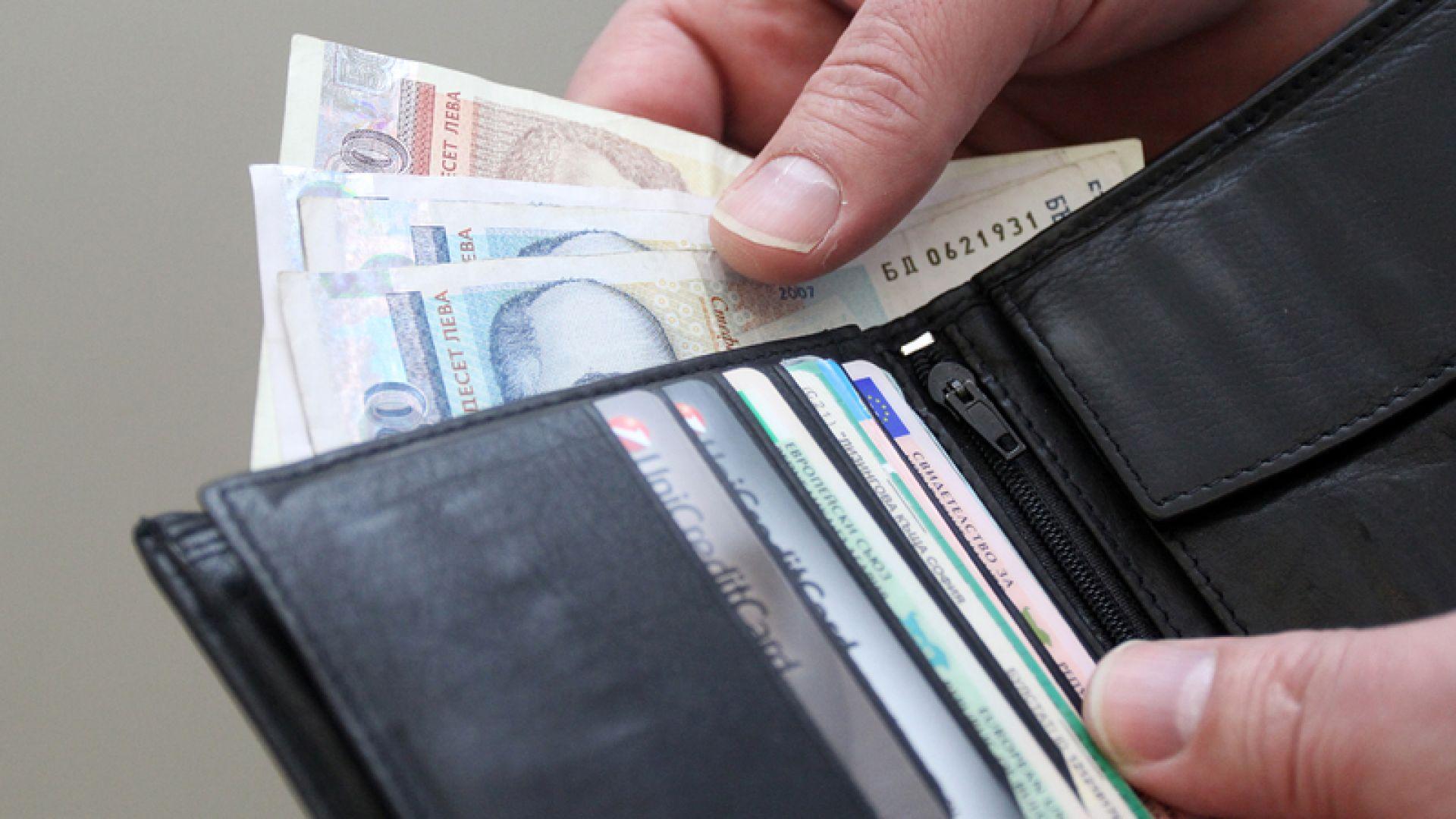 Рекорден спад на паричните преводи заради пандемията