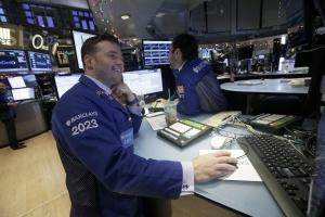 Скок на еврото, акциите и петролът падат в Европа