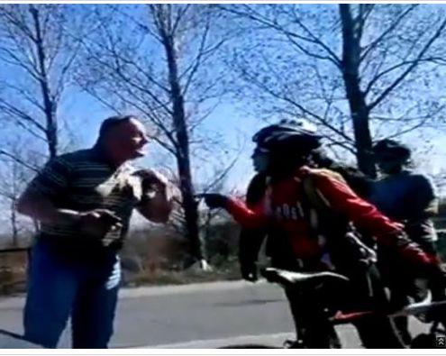 Скандален клип с шофьор, блъснал колоездачка (видео)