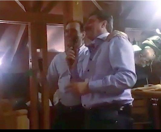 """Искров и Василев пеят прегърнати """"Назад, назад, моме Калино"""""""