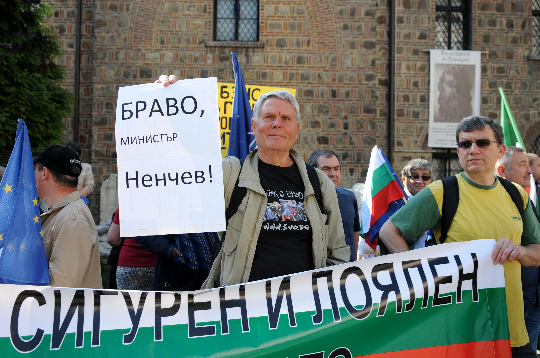 """Протести """"за"""" и """"против"""" НАТО съпроводиха КСНС за армията"""