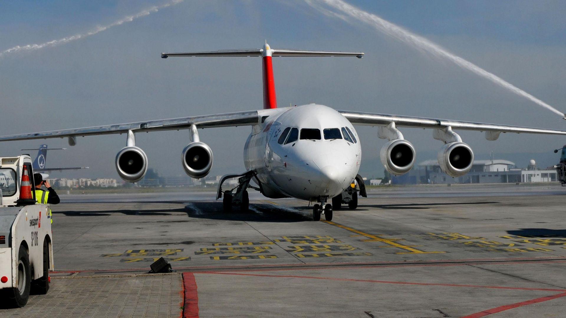 Два самолета ударени от мълнии за ден, извършиха принудителни кацания