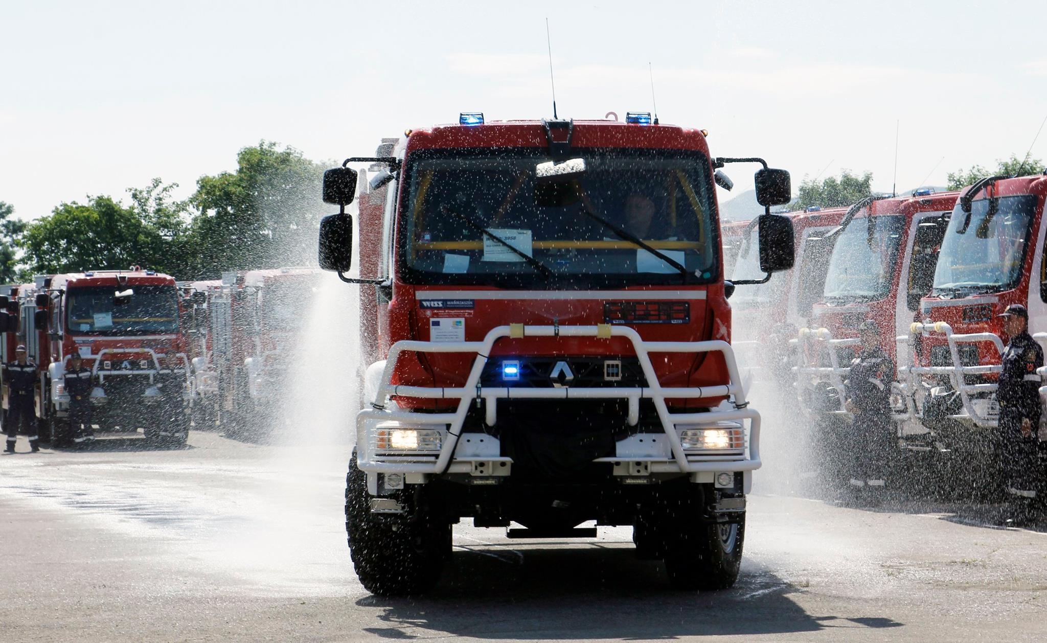 Пожарникари извадиха 6 празни варела, използвани за опасен химикал, от река Марица