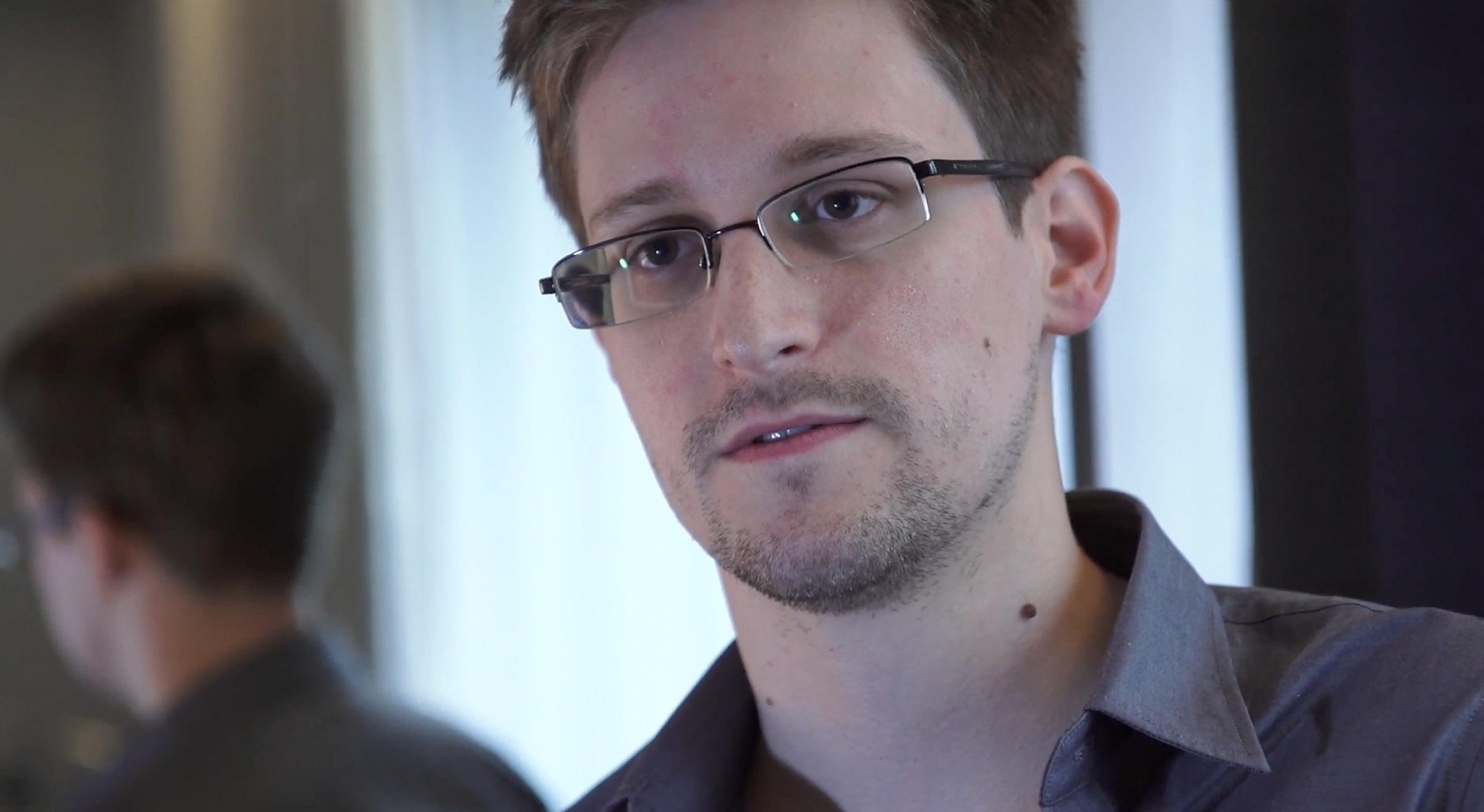 Сноудън: Под маската си Facebook са шпиони
