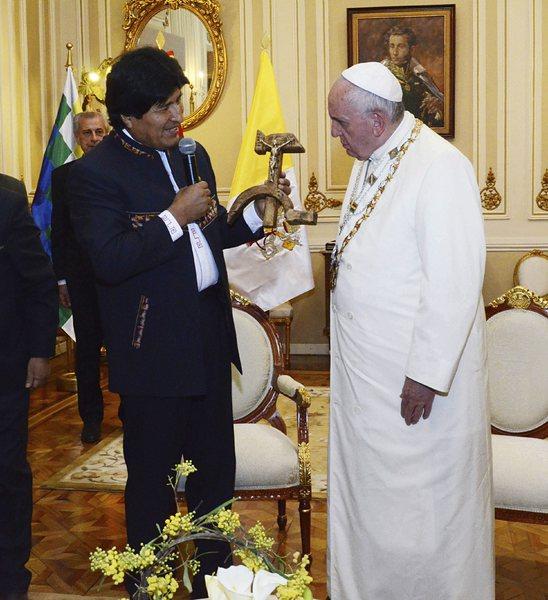Папата се извини на индианците и получи необичаен кръст