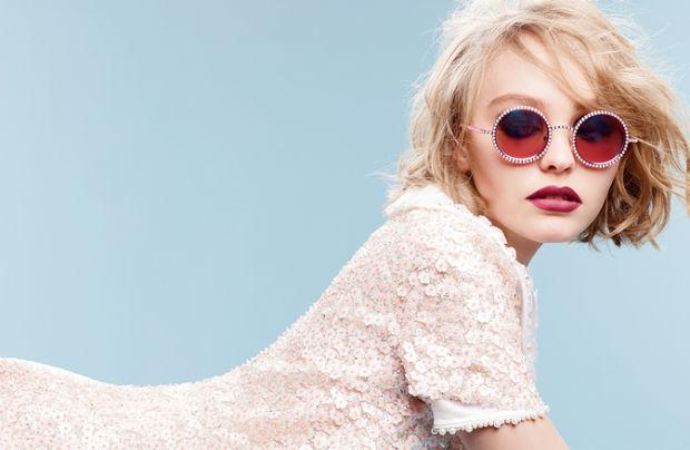 """Лили Роуз Деп позира с очилата на """"Шанел"""""""