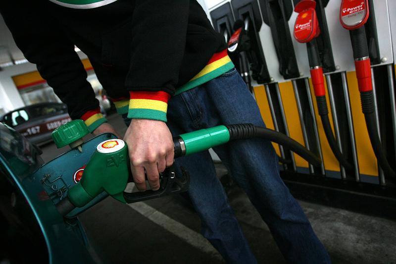 Бензинът в САЩ поевтиня до 2.74 долара за галон