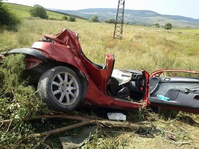 Двама младежи загинаха след удар в дърво край Провадия