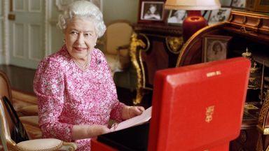 Кралицата затворила бар в двореца. Персоналът много се напивал